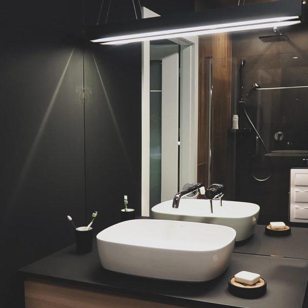 Mirror, mirror - ciemno-jasna łazienka